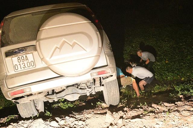 Đi theo biển chỉ dẫn, xe Ford Everest lao thẳng xuống ao và cảnh tượng sau đó khiến tài xế được phen hú vía - Ảnh 3.