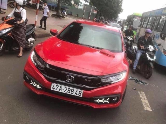 Khởi tố thầy chùa cầm gậy đập xe Honda Civic vì bắt người đi đường xin lỗi bất thành - Ảnh 1.