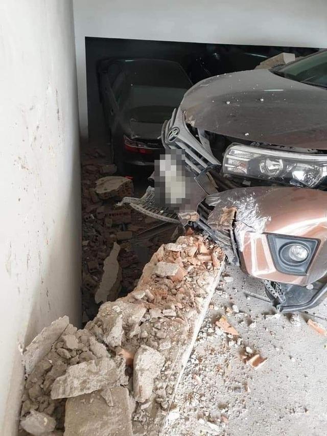 Clip: Vừa lùi xe, tài xế đã nhấn ga lao kinh hoàng lên dốc hầm - Ảnh 2.