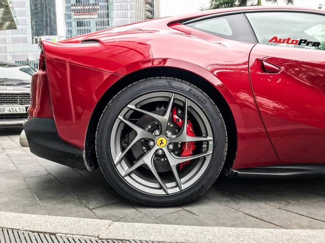 Ferrari 812 Superfast lần đầu được đại gia Hà Nội đưa xuống phố - Ảnh 8.