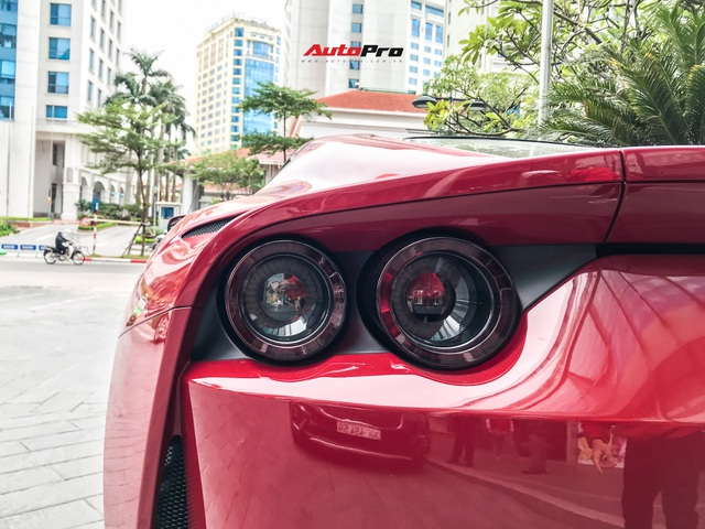 Ferrari 812 Superfast lần đầu được đại gia Hà Nội đưa xuống phố - Ảnh 10.