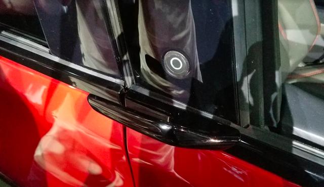 Ford luôn có cách mở cửa xe dị thường và Mustang Mach-E mới không ngoại lệ: Căng mắt tìm nút mở từ ngoài, lẫy mở từ trong - Ảnh 6.