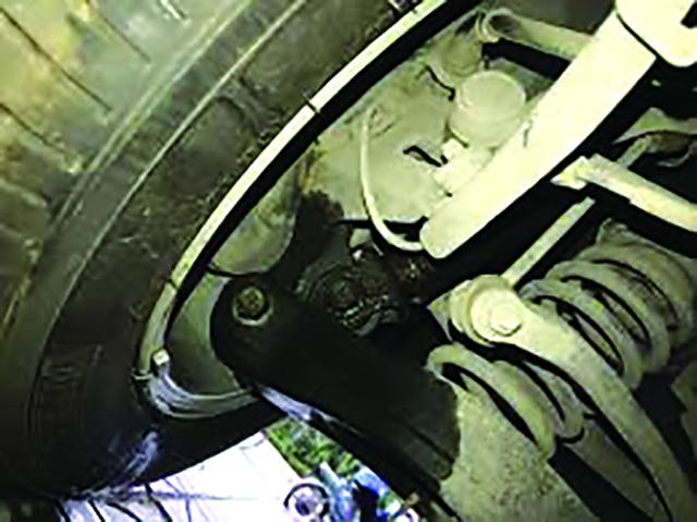 Giảm xóc ô tô chảy dầu có cần thay mới? - Ảnh 1.
