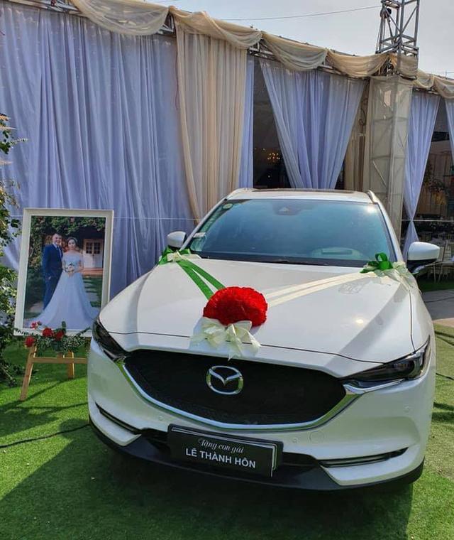 Bố mang ô tô Mazda CX-5 tiền tỷ để trước rạp cưới, tặng ngay con gái trong lễ thành hôn - Ảnh 1.