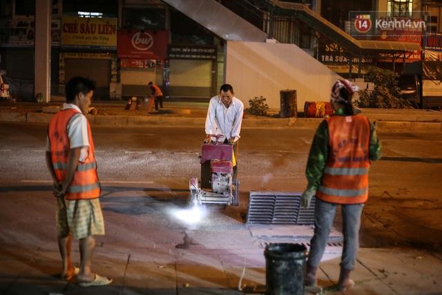 """Công nhân Hà Nội """"trắng đêm"""" cải tạo, sửa chữa trục đường Trần Phú – Quang Trung - Ảnh 11."""