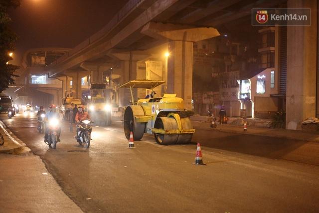 """Công nhân Hà Nội """"trắng đêm"""" cải tạo, sửa chữa trục đường Trần Phú – Quang Trung - Ảnh 13."""