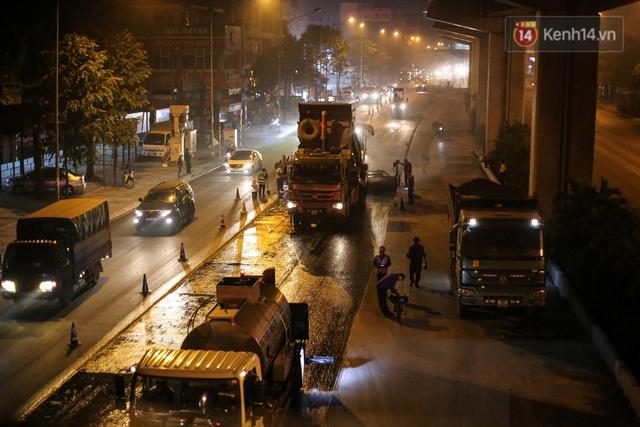 """Công nhân Hà Nội """"trắng đêm"""" cải tạo, sửa chữa trục đường Trần Phú – Quang Trung - Ảnh 15."""