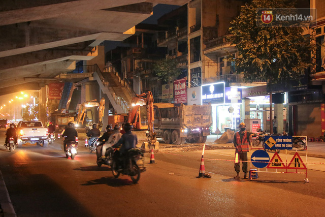 """Công nhân Hà Nội """"trắng đêm"""" cải tạo, sửa chữa trục đường Trần Phú – Quang Trung - Ảnh 3."""