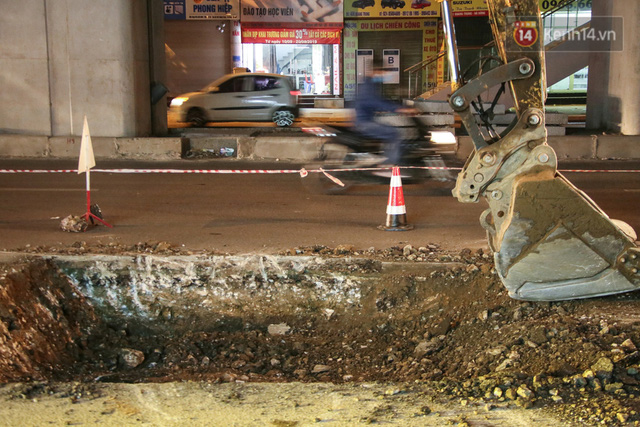 """Công nhân Hà Nội """"trắng đêm"""" cải tạo, sửa chữa trục đường Trần Phú – Quang Trung - Ảnh 4."""