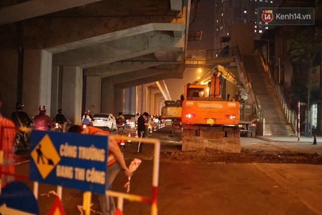"""Công nhân Hà Nội """"trắng đêm"""" cải tạo, sửa chữa trục đường Trần Phú – Quang Trung - Ảnh 5."""
