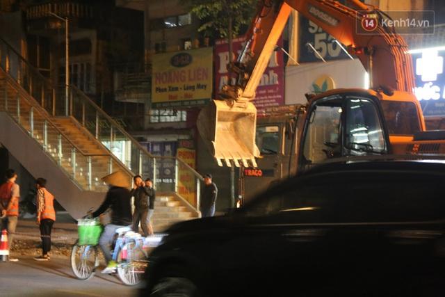 """Công nhân Hà Nội """"trắng đêm"""" cải tạo, sửa chữa trục đường Trần Phú – Quang Trung - Ảnh 9."""