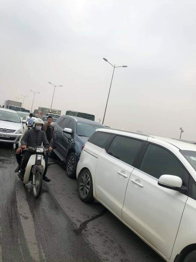 CLIP: Cận cảnh 6 chiếc ô tô dồn toa gây tê liệt cầu Thanh Trì, nhiều xe bẹp dúm đầu - Ảnh 2.