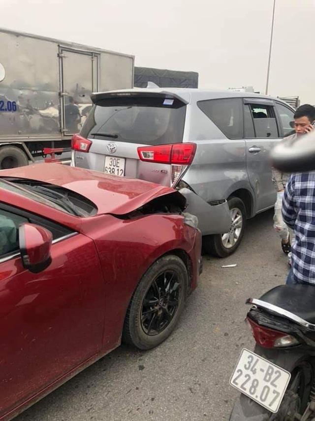 CLIP: Cận cảnh 6 chiếc ô tô dồn toa gây tê liệt cầu Thanh Trì, nhiều xe bẹp dúm đầu - Ảnh 3.