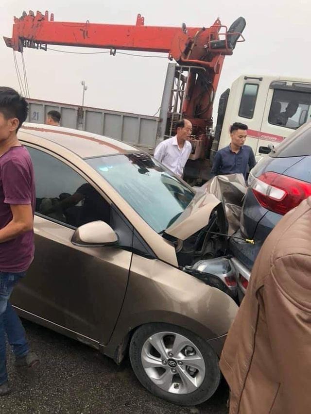 CLIP: Cận cảnh 6 chiếc ô tô dồn toa gây tê liệt cầu Thanh Trì, nhiều xe bẹp dúm đầu - Ảnh 4.