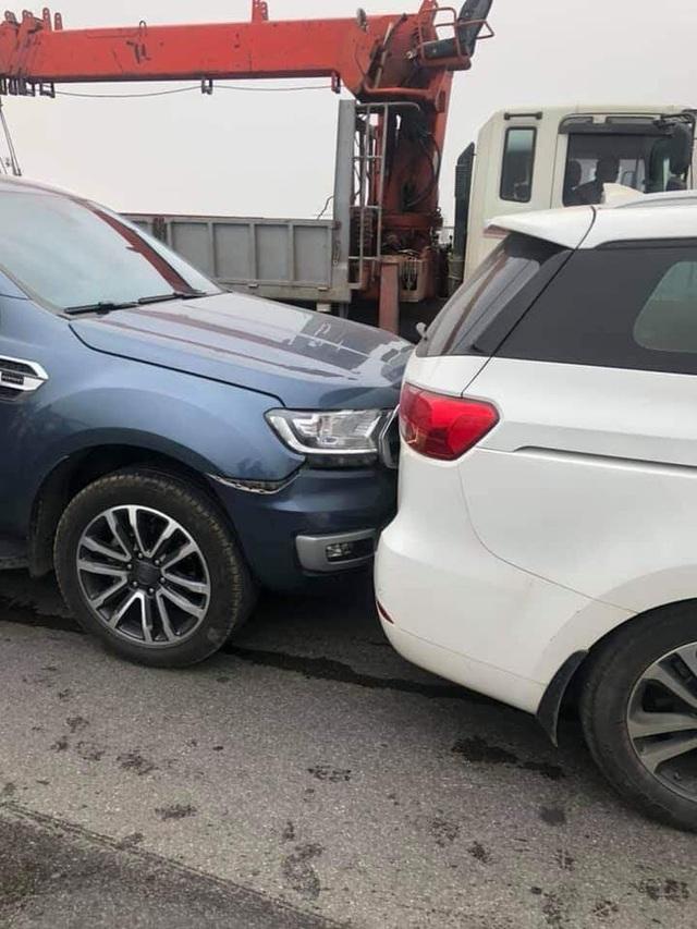 CLIP: Cận cảnh 6 chiếc ô tô dồn toa gây tê liệt cầu Thanh Trì, nhiều xe bẹp dúm đầu - Ảnh 6.