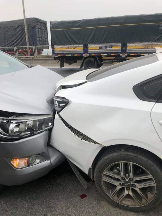 CLIP: Cận cảnh 6 chiếc ô tô dồn toa gây tê liệt cầu Thanh Trì, nhiều xe bẹp dúm đầu - Ảnh 7.