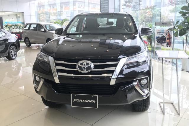 Toyota Fortuner, Mitsubishi Pajero Sport và Nissan Terra giảm giá cả trăm triệu đồng: SUV 7 chỗ Nhật bớt lãi để vợt khách cuối năm - Ảnh 1.