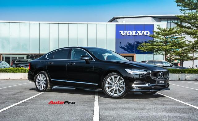 Cùng giá hơn 2,1 tỷ đồng, chọn Volvo S90 Inscription 2020 hay Mercedes-Benz E 200 2019? - Ảnh 1.