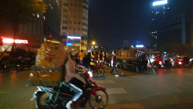Giữa dòng người đi bão mừng U22 Việt Nam giành HCV, ô tô trắng lật giữa phố Hà Nội - Ảnh 2.
