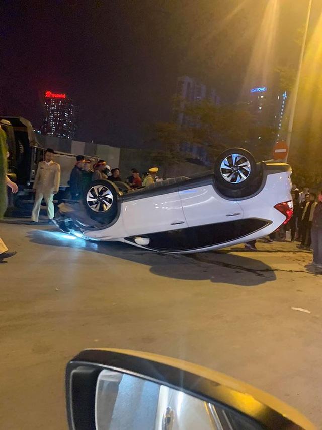 Giữa dòng người đi bão mừng U22 Việt Nam giành HCV, ô tô trắng lật giữa phố Hà Nội - Ảnh 5.