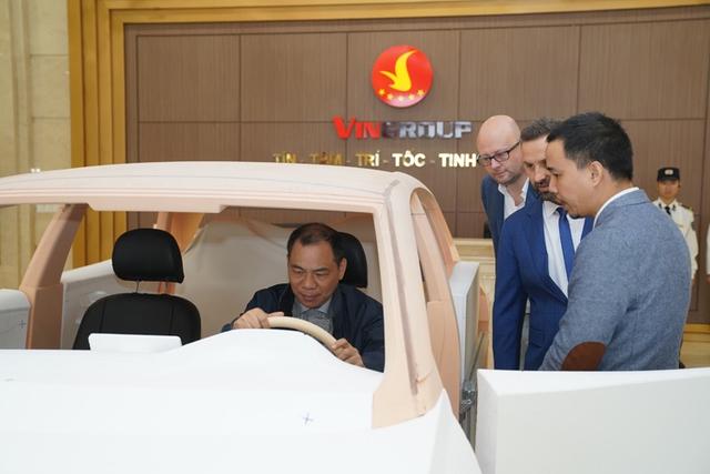 Chỉ có 1 lựa chọn duy nhất, Tỷ phú Phạm Nhật Vượng tự bỏ tiền túi hơn 46.000 tỷ đồng để bán ô tô VinFast sang Mỹ vào năm 2021, quyết tạo thương hiệu quốc tế - Ảnh 1.