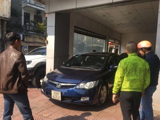 Ô tô cũ giảm giá theo xe mới, khách tấp nập hỏi mua - Ảnh 1.