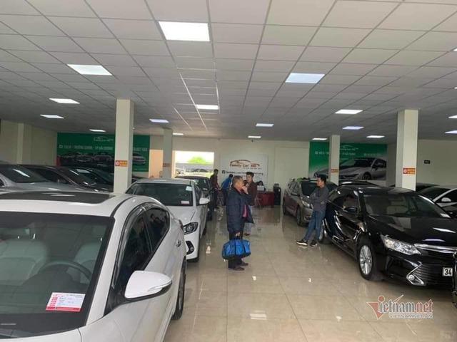 Ô tô cũ giảm giá theo xe mới, khách tấp nập hỏi mua - Ảnh 3.