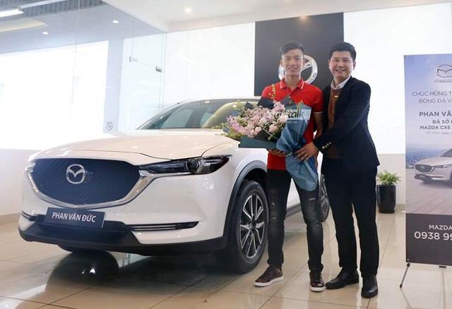 Dàn sao bóng đá nam Việt Nam đua nhau mua ô tô bạc tỷ tặng người thân - Ảnh 6.