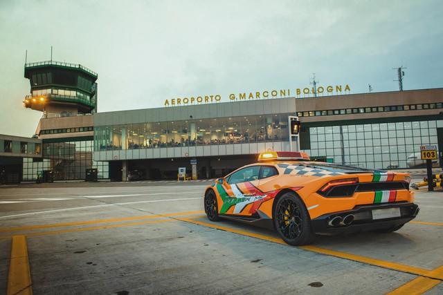 Chơi lớn như người Ý: Dùng cả siêu xe Lamborghini làm xe dẫn đường trong sân bay - Ảnh 4.