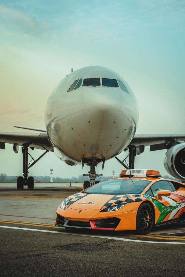 Chơi lớn như người Ý: Dùng cả siêu xe Lamborghini làm xe dẫn đường trong sân bay - Ảnh 2.