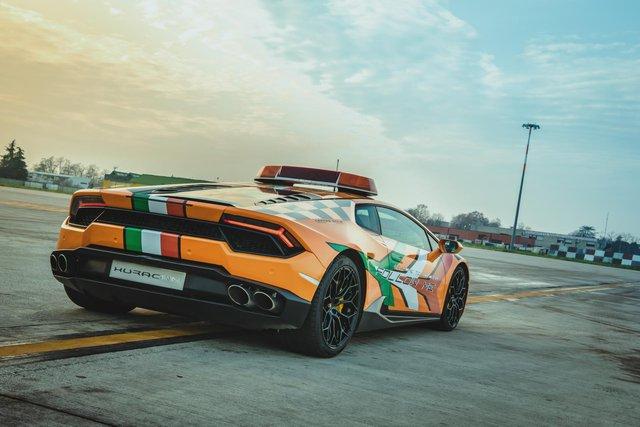 Chơi lớn như người Ý: Dùng cả siêu xe Lamborghini làm xe dẫn đường trong sân bay - Ảnh 1.