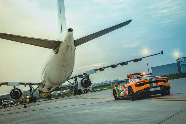 Chơi lớn như người Ý: Dùng cả siêu xe Lamborghini làm xe dẫn đường trong sân bay - Ảnh 3.