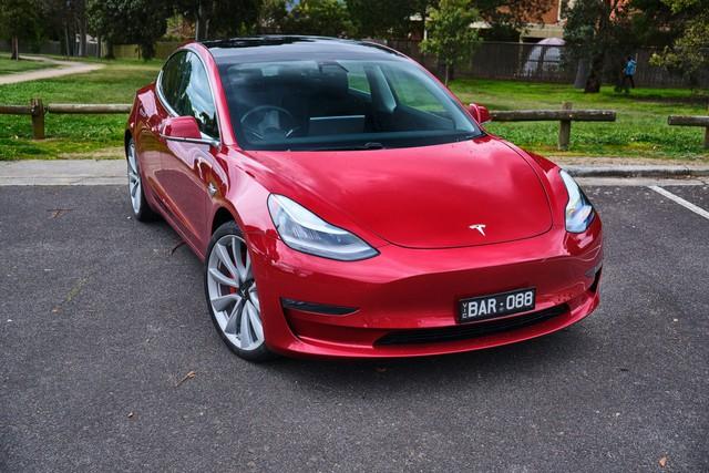 Xe thì nhanh nhất thế giới nhưng lại giao chậm không chịu kém ai khiến khách hàng mất tiền, Tesla bị phản đối nhưng quyết không đền bù - Ảnh 1.