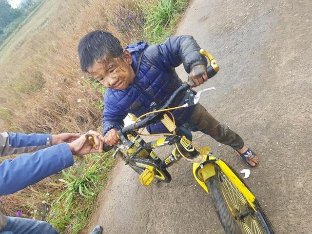 Lỡ lao xe đạp xuống ruộng trong ngày lạnh buốt giá, cậu bé khóc thét vì hoảng sợ - Ảnh 1.