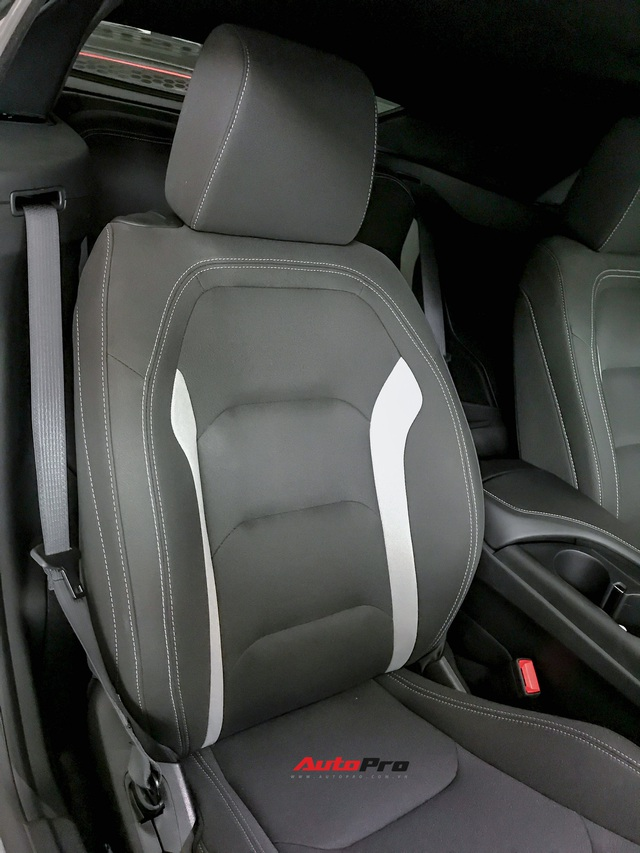 Cận cảnh bộ ghế nỉ trên Chevrolet Camaro RS 2019 mui trần đầu tiên về Việt Nam: Có đáng chê như tranh cãi? - Ảnh 1.