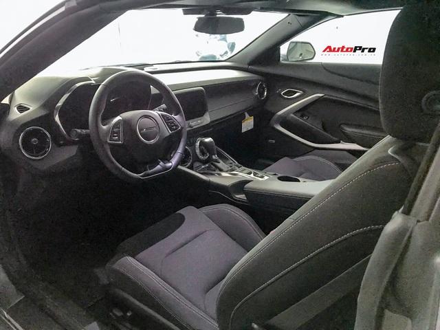 Cận cảnh bộ ghế nỉ trên Chevrolet Camaro RS 2019 mui trần đầu tiên về Việt Nam: Có đáng chê như tranh cãi? - Ảnh 2.