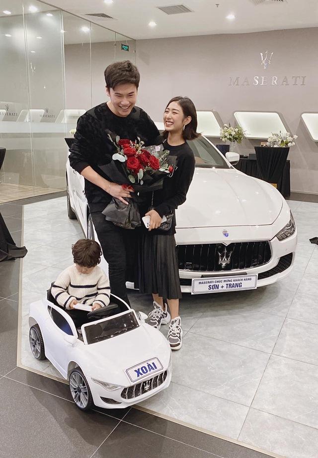 Vợ chồng Trang Lou sắm Maserati Ghibli nhưng cư dân mạng lại chú ý đến chiếc mui trần mà bé Xoài được tặng - Ảnh 1.