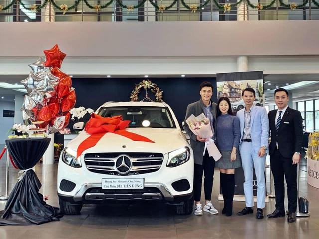 Thủ môn Bùi Tiến Dũng nhận xe Mercedes-Benz GLC, đại gia đi Rolls-Royce nổi tiếng cũng góp mặt - Ảnh 4.