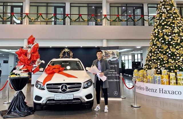 Thủ môn Bùi Tiến Dũng nhận xe Mercedes-Benz GLC, đại gia đi Rolls-Royce nổi tiếng cũng góp mặt - Ảnh 1.
