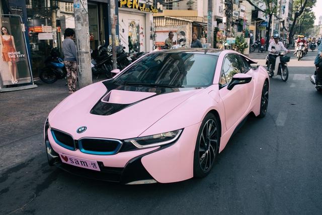 Hot girl Sam tự tay cầm lái BMW i8 màu hồng trong ngày khai trương cửa hàng mỹ phẩm của mình - Ảnh 1.