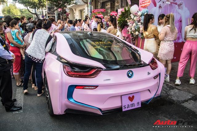 Hot girl Sam tự tay cầm lái BMW i8 màu hồng trong ngày khai trương cửa hàng mỹ phẩm của mình - Ảnh 6.