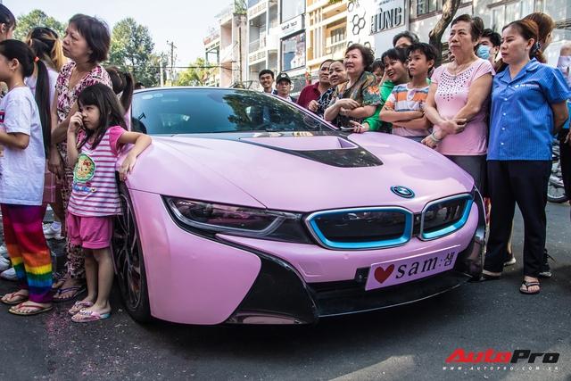 Hot girl Sam tự tay cầm lái BMW i8 màu hồng trong ngày khai trương cửa hàng mỹ phẩm của mình - Ảnh 9.