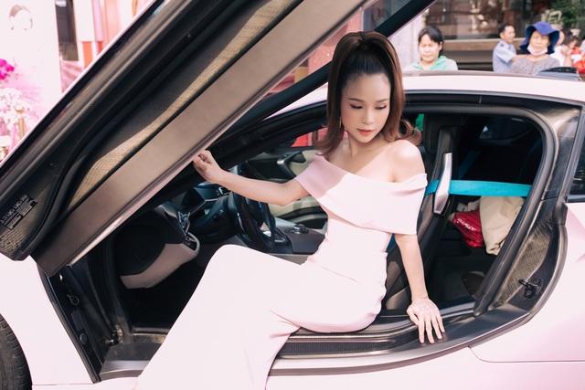 Hot girl Sam tự tay cầm lái BMW i8 màu hồng trong ngày khai trương cửa hàng mỹ phẩm của mình - Ảnh 4.