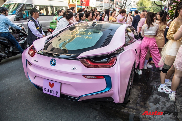 Hot girl Sam tự tay cầm lái BMW i8 màu hồng trong ngày khai trương cửa hàng mỹ phẩm của mình - Ảnh 11.