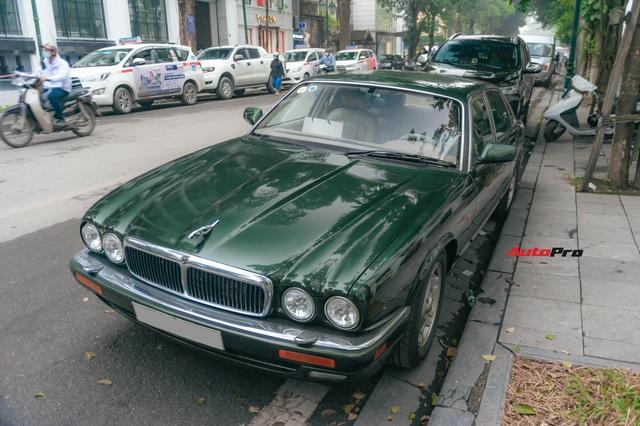 Jaguar XJ hơn 25 năm tuổi siêu hiếm xuất hiện tại Hà Nội, tình trạng xe khiến nhiều người ngạc nhiên - Ảnh 1.