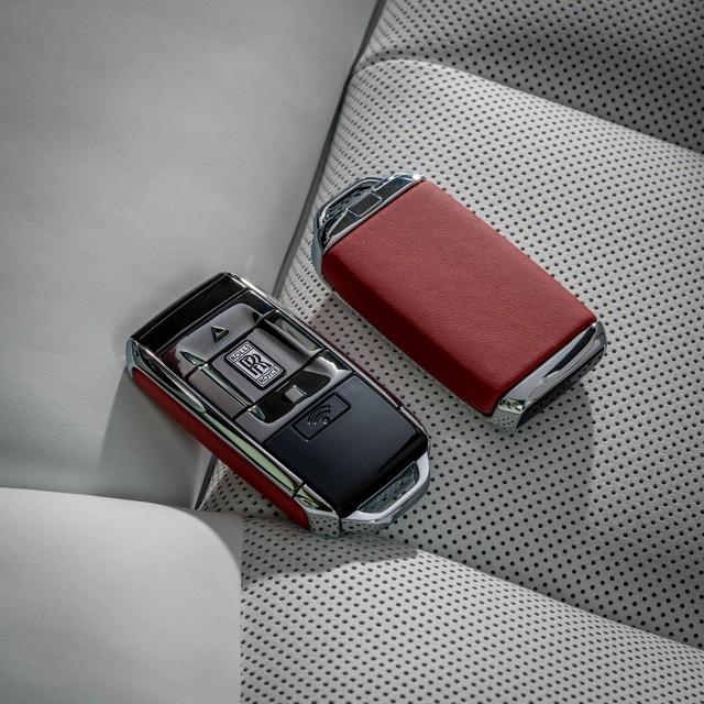 Đỉnh cao chế tác xe: Rolls-Royce Phantom rắc bụi pha lê làm sơn 5 lớp, mỗi lớp đánh bóng 5 tiếng - Ảnh 7.