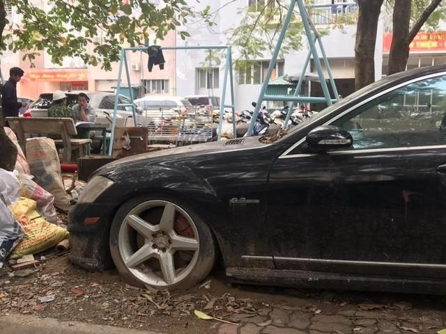 Xót xa nhìn loạt xe Mercedes-Benz đắt đỏ bị vứt xó ở Hà Nội - Ảnh 2.