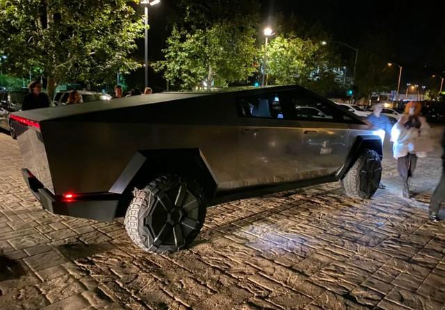 Chất chơi như tỷ phú: Elon Musk thản nhiên lái Tesla Cybertruck đi ăn tối bất chấp bất tiện - Ảnh 1.
