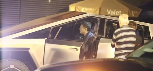 Chất chơi như tỷ phú: Elon Musk thản nhiên lái Tesla Cybertruck đi ăn tối bất chấp bất tiện - Ảnh 3.