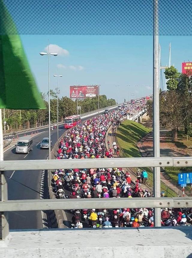 Khoảnh khắc được chia sẻ nhiều nhất trên MXH: Hàng trăm phương tiện ùn ùn quay trở về Tp. Hồ Chí Minh - Ảnh 2.